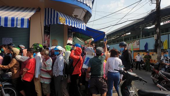 'Vỡ trận' khẩu trang y tế tại chợ thuốc tây lớn nhất TP.HCM - Ảnh 1.