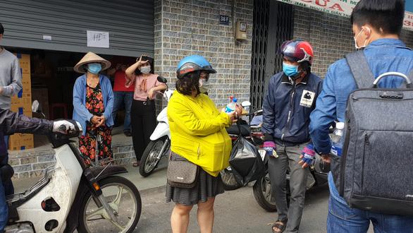 'Vỡ trận' khẩu trang y tế tại chợ thuốc tây lớn nhất TP.HCM - Ảnh 7.