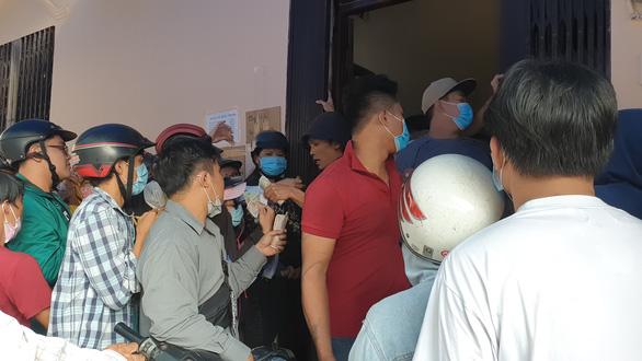 'Vỡ trận' khẩu trang y tế tại chợ thuốc tây lớn nhất TP.HCM - Ảnh 9.