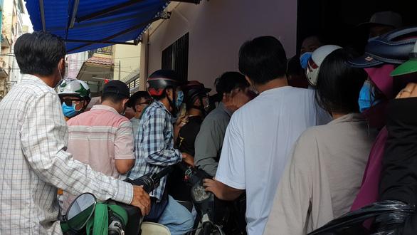 'Vỡ trận' khẩu trang y tế tại chợ thuốc tây lớn nhất TP.HCM - Ảnh 4.