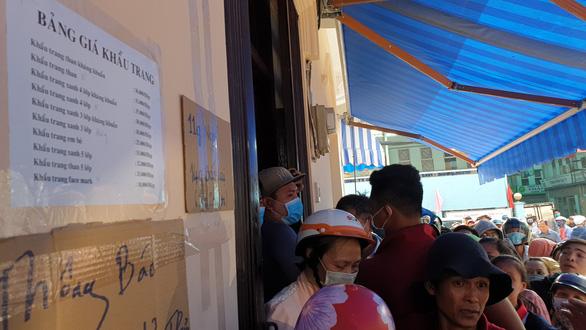 'Vỡ trận' khẩu trang y tế tại chợ thuốc tây lớn nhất TP.HCM - Ảnh 5.
