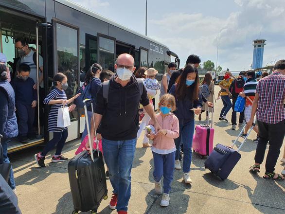 TP.HCM tăng cường bác sĩ trực tại nhà ga, sân bay phòng dịch từ virus corona - Ảnh 2.