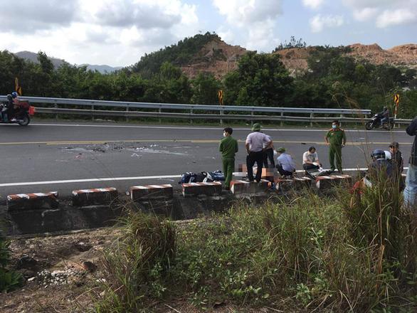 Vượt mặt xe tải trên đèo Cả, hai thanh niên bị xe tông tử vong - Ảnh 2.