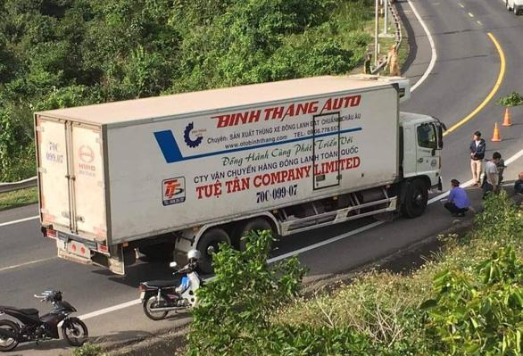 Vượt mặt xe tải trên đèo Cả, hai thanh niên bị xe tông tử vong - Ảnh 1.