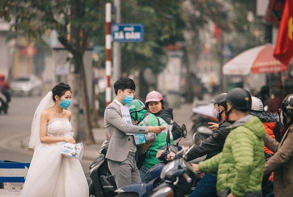 Diện đồ cưới tặng khẩu trang: Chúng tôi được chúc phúc rất nhiều - Ảnh 2.