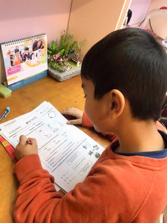 Nhiều trường chuyển qua dạy trực tuyến, từ xa phòng virus corona - Ảnh 1.