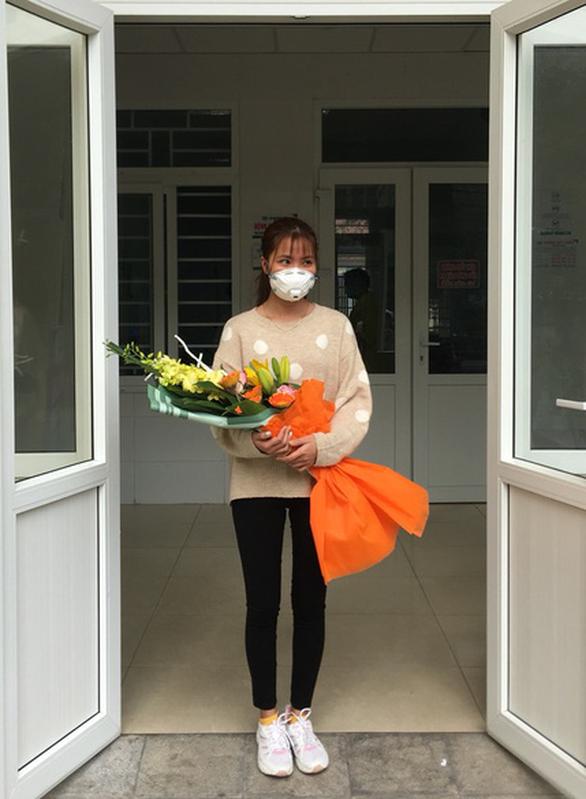 Niềm vui vỡ òa với nữ bệnh nhân nhiễm corona trong ngày xuất viện - Ảnh 3.