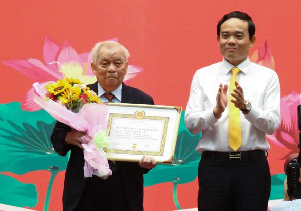 Chủ tịch Nguyễn Thành Phong nhận bằng khen đảng viên hoàn thành xuất sắc nhiệm vụ 5 năm - Ảnh 3.