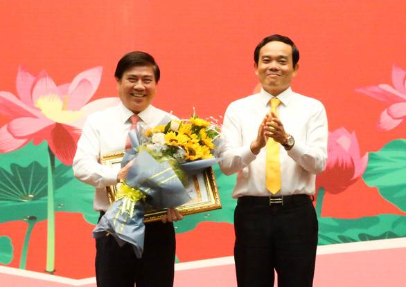 Chủ tịch Nguyễn Thành Phong nhận bằng khen đảng viên hoàn thành xuất sắc nhiệm vụ 5 năm - Ảnh 1.