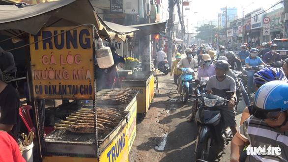 Ngày vía Thần tài, một gia đình bán hơn 5 tấn cá lóc nướng - Ảnh 3.