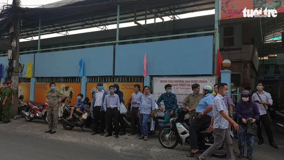 'Vỡ trận' khẩu trang y tế tại chợ thuốc tây lớn nhất TP.HCM - Ảnh 2.