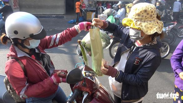 Ngày vía Thần tài, một gia đình bán hơn 5 tấn cá lóc nướng - Ảnh 5.