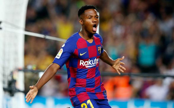 Messi kiến tạo cho thần đồng Ansu Fati lập cú đúp giúp Barca bám đuổi Real Madrid - Ảnh 1.