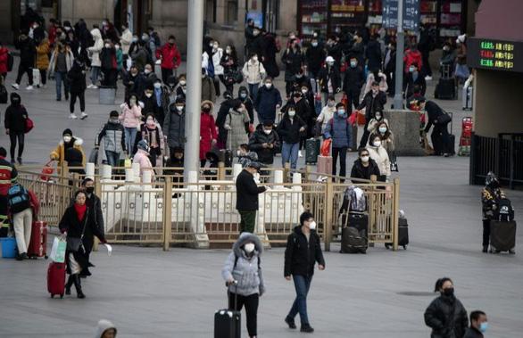Người Trung Quốc tìm mọi cách phòng dịch virus corona sau kỳ nghỉ tết - Ảnh 1.