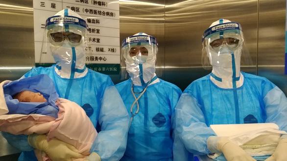 Thai phụ Trung Quốc nhiễm virus corona sinh con an toàn - Ảnh 2.