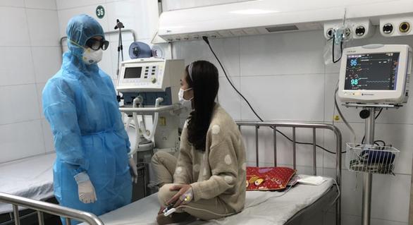 Niềm vui vỡ òa với nữ bệnh nhân nhiễm corona trong ngày xuất viện - Ảnh 2.