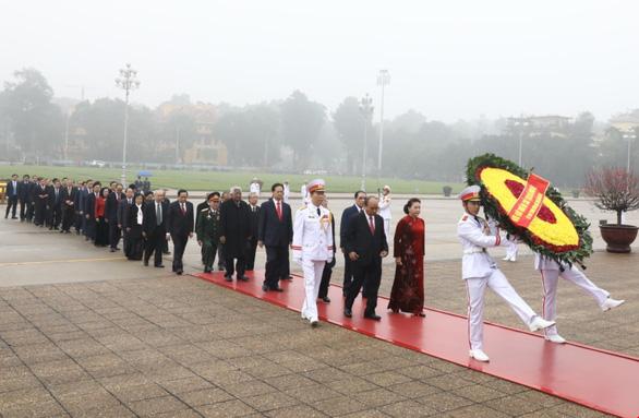 Lãnh đạo Đảng, Nhà nước vào Lăng viếng Chủ tịch Hồ Chí Minh, tưởng niệm các Anh hùng liệt sĩ - Ảnh 2.
