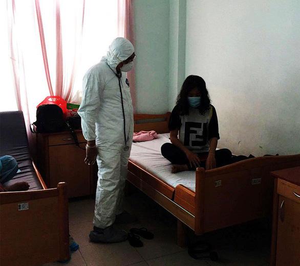 Nữ nhân viên lễ tân bị lây nhiễm virus corona khỏi bệnh, được xuất viện - Ảnh 3.