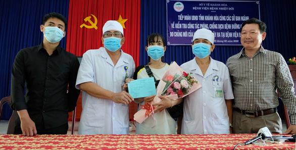 Nữ nhân viên lễ tân bị lây nhiễm virus corona khỏi bệnh, được xuất viện - Ảnh 1.