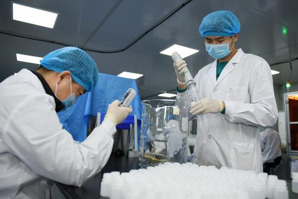 Trung Quốc thừa nhận thiếu dụng cụ xét nghiệm, còn sót người bệnh - Ảnh 1.