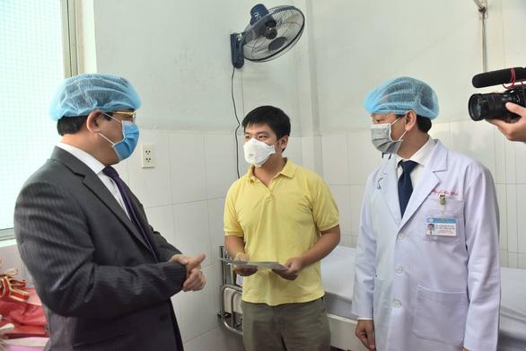 Bệnh viện Chợ Rẫy cho bệnh nhân Trung Quốc nhiễm corona xuất viện - Ảnh 2.