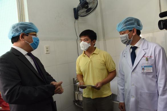 Chiều nay 12-2, hai cha con bệnh nhân Trung Quốc ở Bệnh viện Chợ Rẫy xuất viện - Ảnh 3.