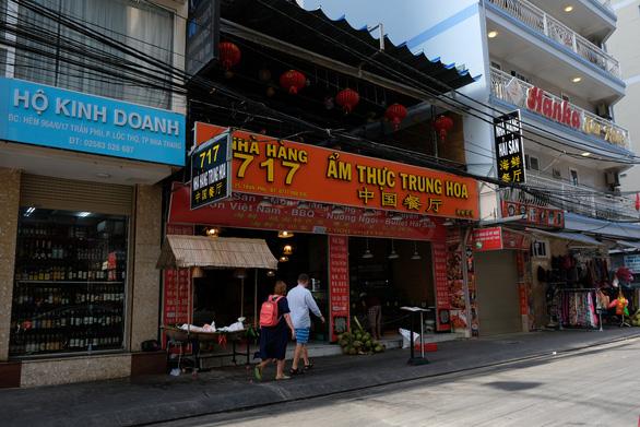 Du lịch Nha Trang trầm lắng, cửa hàng đóng im ỉm vì vắng khách Trung Quốc - Ảnh 1.