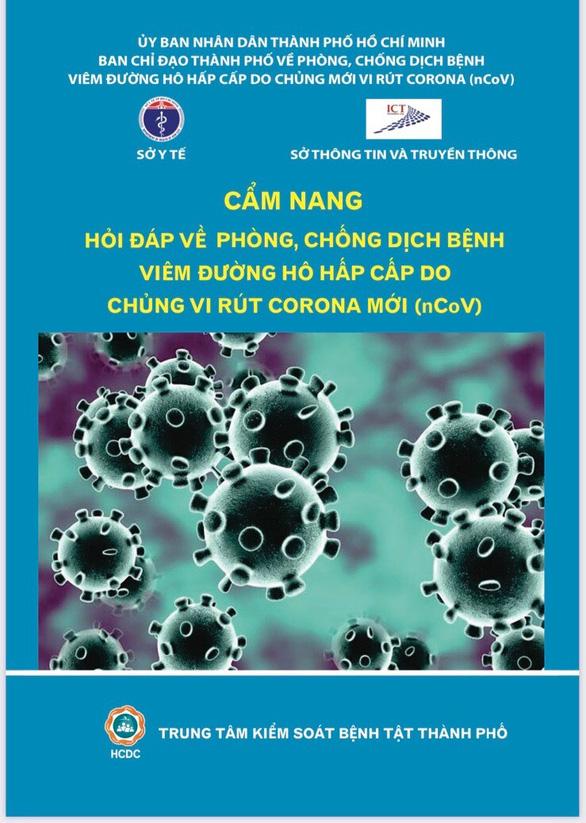 TP.HCM phát 5,4 triệu cẩm nang về bệnh do virus corona đến dân - Ảnh 1.