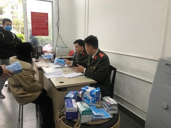 Hà Nội thu giữ số lượng lớn khẩu trang sắp đưa lên biên giới - Ảnh 2.