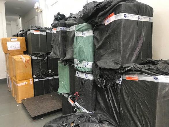 Hà Nội thu giữ số lượng lớn khẩu trang sắp đưa lên biên giới - Ảnh 1.