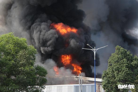 Cháy dữ dội tại nhà máy nệm mút trong khu công nghiệp ở Bình Dương - Ảnh 2.