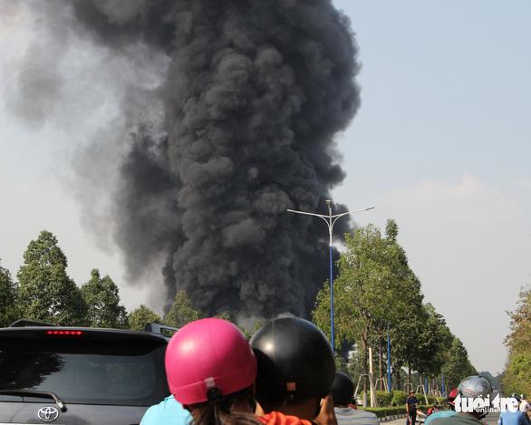 Cháy dữ dội tại nhà máy nệm mút trong khu công nghiệp ở Bình Dương - Ảnh 1.