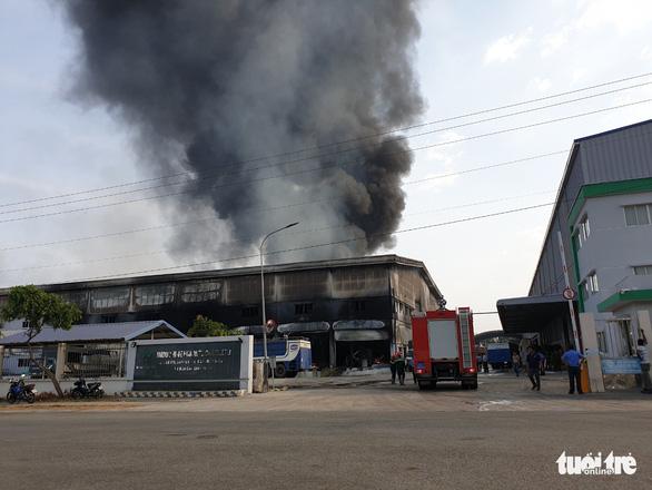 Cháy dữ dội tại nhà máy nệm mút trong khu công nghiệp ở Bình Dương - Ảnh 3.