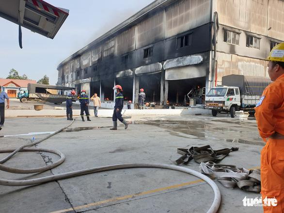 Cháy dữ dội tại nhà máy nệm mút trong khu công nghiệp ở Bình Dương - Ảnh 4.