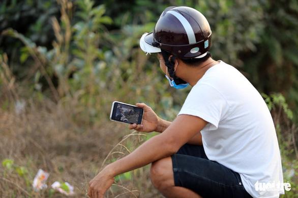Bắt chưa được Tuấn 'khỉ' lại phải mướt mồ hôi với người dân đến livestream - Ảnh 3.