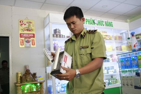 Nhà thuốc bị phạt 20 triệu đồng vì găm gần 2.000 khẩu trang - Ảnh 2.