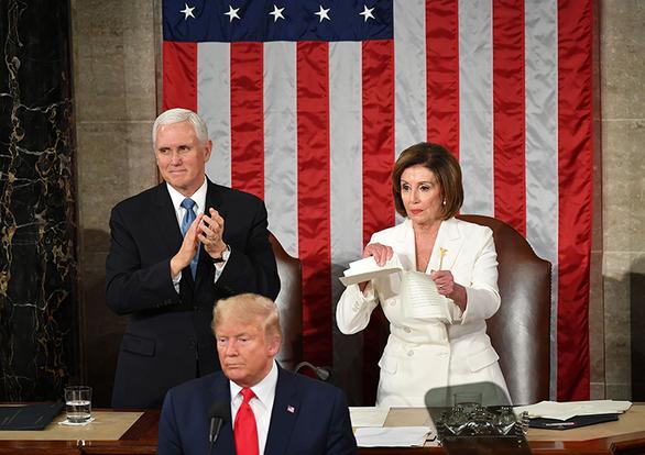 Chủ tịch Hạ viện Mỹ xé bài phát biểu của ông Trump - Ảnh 1.