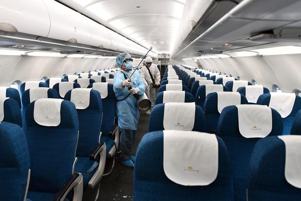 Máy bay Vietnam Airlines được khử trùng phòng dịch corona như thế nào? - Ảnh 1.
