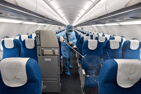 Máy bay Vietnam Airlines được khử trùng phòng dịch corona như thế nào? - Ảnh 4.