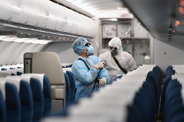Máy bay Vietnam Airlines được khử trùng phòng dịch corona như thế nào? - Ảnh 2.