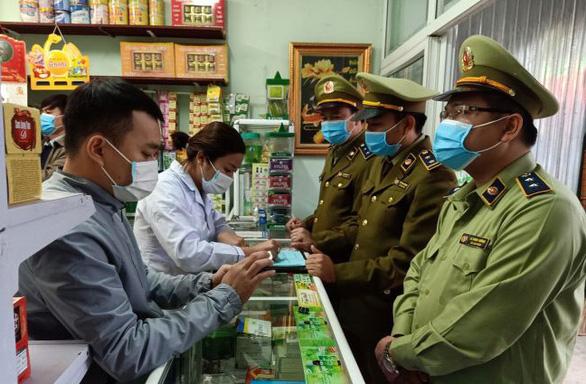 Hai tiệm thuốc bán khẩu trang chặt chém bị phạt 51,5 triệu đồng - Ảnh 1.