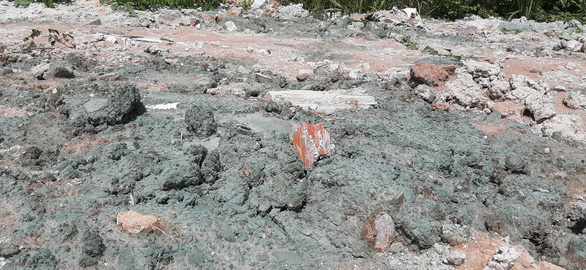 Chất thải màu xanh đậm chôn lấp khắp khu dân cư là chất gì?  - Ảnh 6.