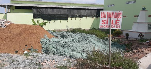 Chất thải màu xanh đậm chôn lấp khắp khu dân cư là chất gì?  - Ảnh 1.