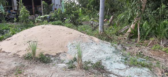 Chất thải màu xanh đậm chôn lấp khắp khu dân cư là chất gì?  - Ảnh 4.