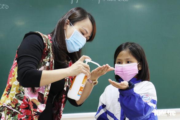 Video hướng dẫn pha chế dung dịch rửa tay sát khuẩn tại nhà - Ảnh 1.