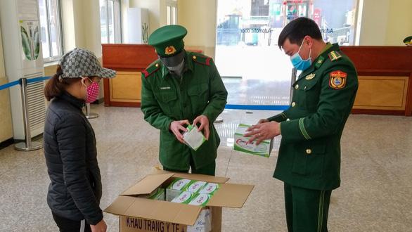 Xuất khẩu gần 4 triệu chiếc khẩu trang sang Trung Quốc - Ảnh 1.