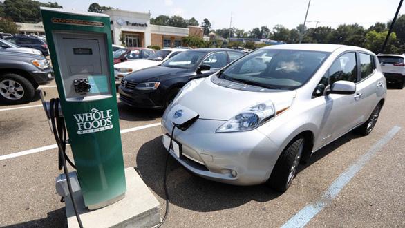 Thêm quốc gia ráo riết cấm bán xe chạy bằng xăng dầu - Ảnh 1.