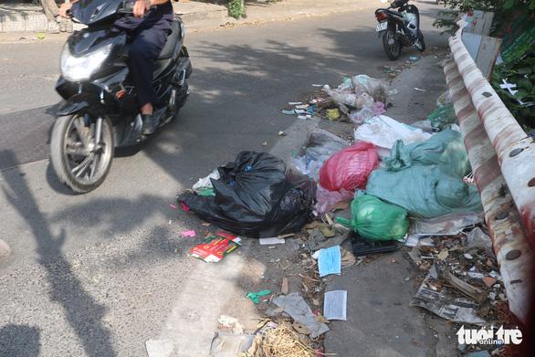 Khẩu trang y tế đã qua sử dụng vứt đầy đường - Ảnh 2.