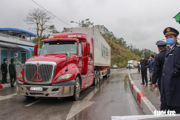 Những xe nông sản đầu tiên được giải cứu ở cửa khẩu Hữu Nghị - Ảnh 1.