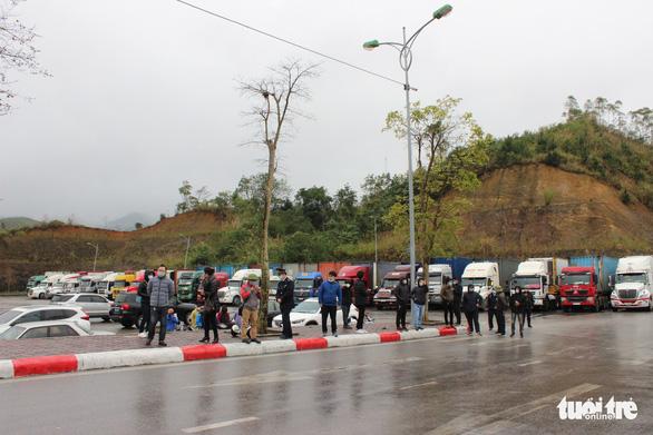 Những xe nông sản đầu tiên được giải cứu ở cửa khẩu Hữu Nghị - Ảnh 4.